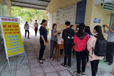 Học sinh đi học trở lại sau kỳ nghỉ dài phòng chống dịch bệnh Covid-19
