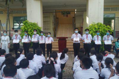 Khen thưởng học sinh đạt giải cuộc thi giải Tiếng Anh qua mạng (IOE) cấp trường