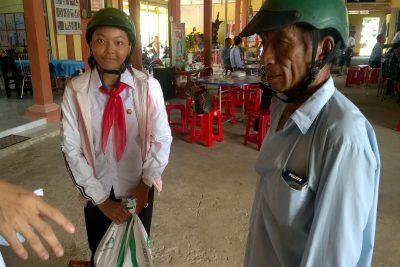 Học sinh Trường THCS Thị Trấn nhận quà của nghệ sĩ Hữu Thạch.