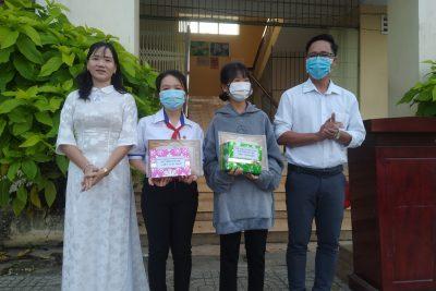Khen thưởng Học sinh có thành tích trong Hội thi Viết chữ đẹp cấp tinh